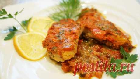ЗАПЕЧЕННАЯ РЫБА ПО-ГРЕЧЕСКИ - Секрет этого средиземноморского блюда заключается в соусе. Сочетание сметанной основы, ароматной зелени, чеснока и сыра замечательно подходит к практически любой рыбе. Но если Вы собираетесь приготовить рыбу по этому рецепту впервые, я бы посоветовал попробовать для аутентичности ципуру, она же дорада, или морской окунь. Она очень популярна у греков, недорога, и очень вкусна.