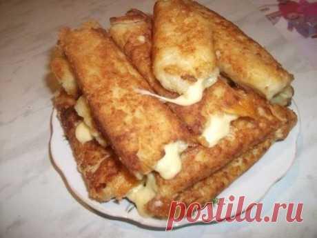 """Картофельные палочки с сыром Хрустящая корочка, картофель и мягкий сыр внутри. Вкусно) Ингредиенты: ●5 средних варёных картофелин ●2 яйца ●100 г панировочных сухарей ●100 г твёрдого сыра ●растительное масло (для жарки) ●чёрный молотый перец, соль Приготовление: Картофель почистить, отварить, натереть на мелкой терке. Посолить, поперчить (можно добавить любимые специи, я добавила только черный перец). Сыр нарезать """"брусочками"""". Яйца взбить вилочкой. Влажными руками сформировать картофельные"""