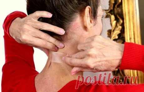 ¿Por qué las mujeres empezaban a encolar la cinta adhesiva al cuello?