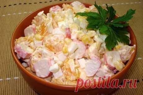 Салат по-королевски  Ингредиенты: Крабовые палочки — 7 шт.  Апельсин — 1 шт.  Яйца куриные — 4 шт.  Чеснок — 1 зубчик  Кукуруза консервированная — 100 г  Майонез — 100–150 г