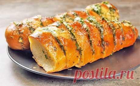 Багет с сыром, чесноком и зеленью в духовке. В результате вы получите безупречную закуску, которая в разы вкуснее любых горячих бутербродов.