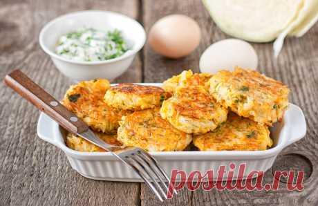Котлеты из молодой капусты с зеленью Котлеты из свежей капусты – великолепное вегетарианское блюдо. Подавай их теплыми вместе со сметанным соусом.