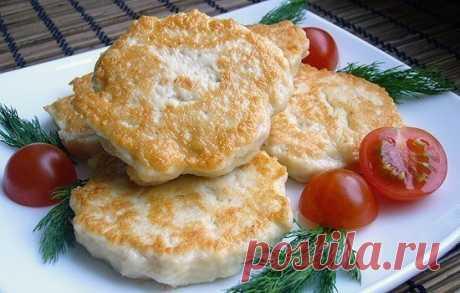 Куриные оладушки  Ингредиенты:  - куриное филе 400-500 гр, - 1 большая луковица, - 1 ст.л. майонеза, - 1 яйцо, - 1-2 ст.л. муки, - соль, специи по вкусу.  Приготовление:  Для начала нарезаем филе мелкими кубиками. Должно быть 5*5 мм или меньше, затем шинкуем мелко лук и все перемешиваем, солим, добавляем специи, яйцо и майонез. В самом конце добавляем муку. Выкладываем по одной столовой ложке в хорошо разогретую сковороду, формируем оладушек и обжариваем с двух сторон! Все! Приятного аппетита!