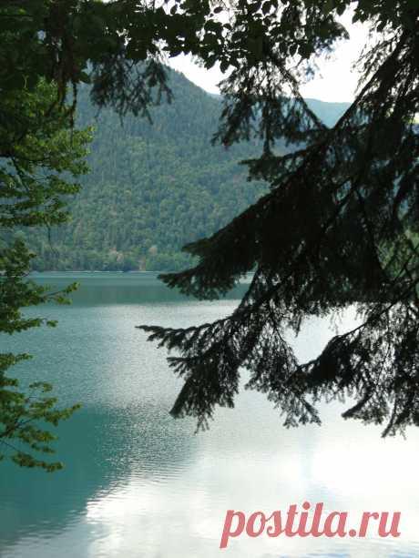 Озеро Рицца. Площадь равна ,067 кв.км., или 132 га.Наибольшая длина его-1704 м, наибольшая ширина- 447 м, а наибольшая глубина -115 м.Длина береговой линии авна 4,29 км.