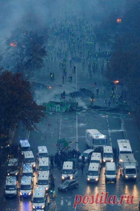 «Gilets jaunes»: voitures incendiées, magasins pillés... les violences s'étendent dans Paris