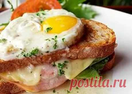Сэндвич на сковороде с сыром и колбасой в яйце