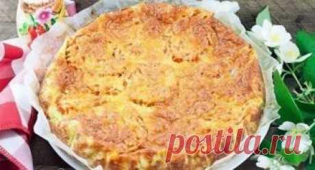 Кабачковый пирог к ужину: хочется готовить его чаще пока сезон!  Ингредиенты:  кабачки — 2 шт. мука — 3 стакана яйцо — 3 шт. помидор — 1 шт. сыр твердый — 100 г соль — по вкусу зелень (петрушка, укроп) — по вкусу  Приготовление:     Натираем кабачки на крупной тёр…