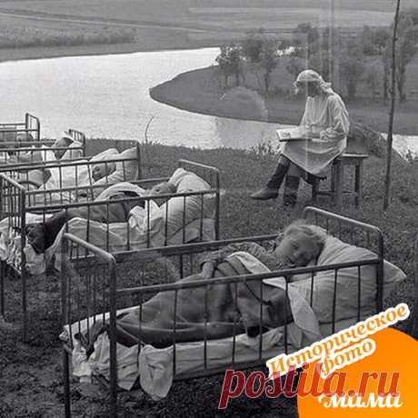 Малыши из детского садика во время дневного сна, 1958 год.  Как вам идея спать под открытым небом?)