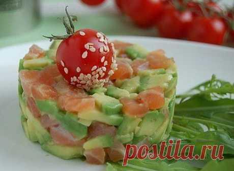 Салат с авокадо, семгой, яблоком и орешками / Простые рецепты