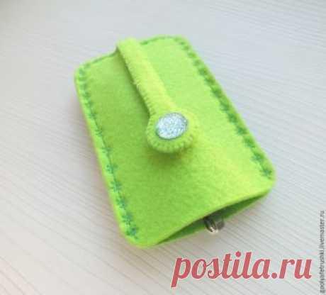 Шьём женскую карманную ключницу из фетра Очень часто женщины по долгу ищут ключи в недрах своей сумочки. Но если сшить хорошенькую ключницу, то ее найти в сумке будет значительно проще. К тому же, шьётся она очень быстро и просто.