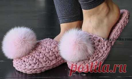 Slippers a hook from a knitted yarn. Video house-shoes the Slipper master class with a pompon from a knitted yarn. Beautiful, convenient and thanks to a thick yarn match quickly enough. To connect such house-shoes