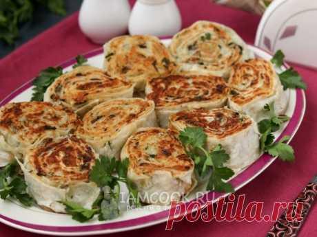 Очень вкусная постная закуска в виде рулетиков из лаваша с картошкой и грибами.
