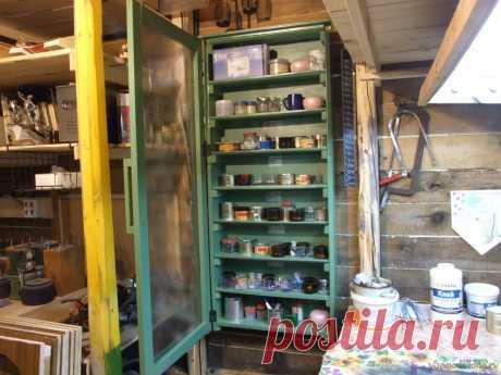 Самодельный шкаф-органайзер для витражной мастерской Многие занятия требуют для себя ассортимента неких мелочей. Взять тот же крепеж или радиоэлементы. В витражном деле это прежде всего стеклянные крошки - «фриты». Для витражей или других стеклянных работ выполняемых в технике «фьюзинг» (спекание в специальной печи), крошек может быть задействовано