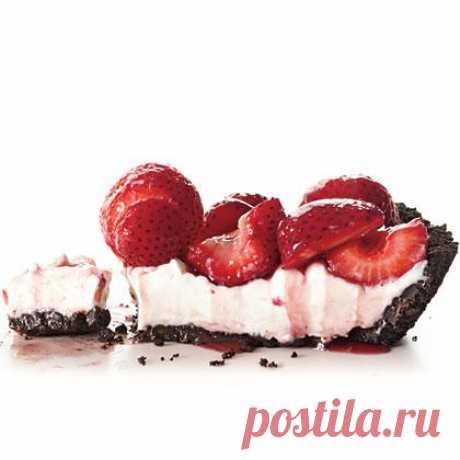 Клубничный пирог без запекания  Начался сезон клубники. Это вкусная, ароматная ягода -  замечательный ингредиент для самых разнообразных десертов. Вот очень простой рецепт клубничного пирога, при этом духовка нам совсем не понадобится.