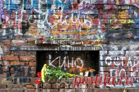 Полиция не подтвердила информацию об осквернении могилы Цоя Ранее появившиеся в СМИ и соцсетях сообщения о погроме на могиле музыканта опровергла администрация Богословского кладбища в Петербурге