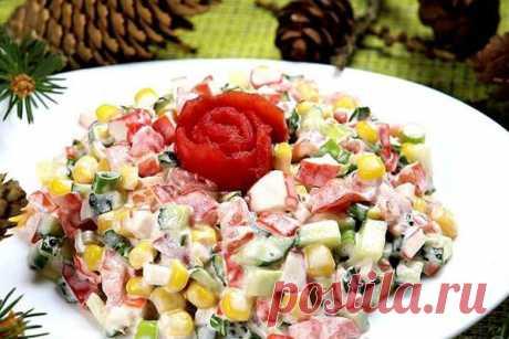 """Салат """"Красавица""""  Салат с крабовыми палочками и кукурузой. Для этого салата нужны только готовые продукты, не нужно ничего отваривать. Все ингредиенты нарезать и готово! Этот салат — палочка-выручалочка, если гости уже на пороге."""