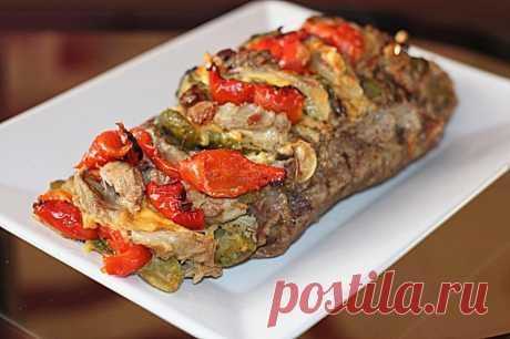 Запеченная свинина с сыром и овощами. Ароматное запеченное блюдо из свинины (шейная часть), соленых огурцов, маринованного перца и сыра.