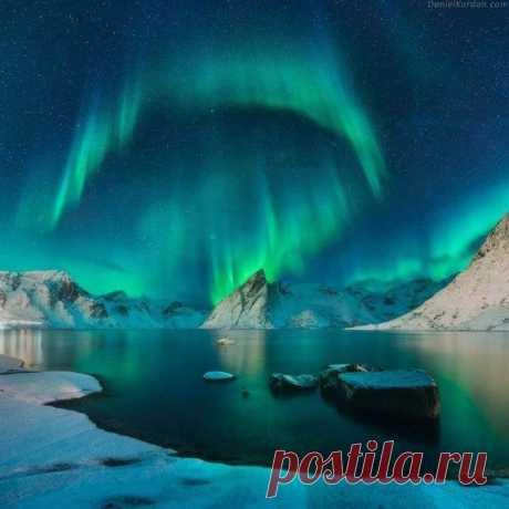 MARAVILLOSO MUNDO Belleza...que me acaba de llegar: maravillosa aurora boreal de las islas Lofoten...en la costa Noruega. 🌹
