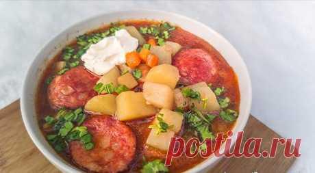 Крумплилевеш (венг. Krumplileves) — это очень простой и быстрый картофельный суп с колбасой, очень популярный в венгерской кухне. Он достаточно густой, очень сытный и приходится весьма кстати в холодное время года. Крумплилевеш и насытит, и согреет и не займет много времени для приготовления.
