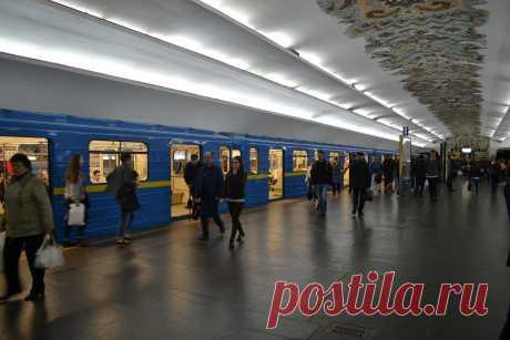 Недавно посетил Киев. Да, метрополитен там мощный. Не так сильно развит, как в Москве, однако, тоже впечатляет. Одна только синяя ветка метро чего стоит, постоянно много народу и всегда забитые поезда. Да а на Вокзальной спуститься в метро что-то с чемто, народу очень много всегда.