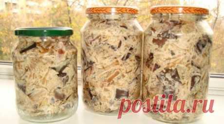 Рецепт дуже смачного салату із баклажанів з часником Хочемо поділитися з вами рецептом приготування смачного салату з баклажанів на зиму.    Інгредієнти:    Інгредієнти на 5 банок по 0,5 літра    синенькі - 2 кг;цибуля - 1 кг;часник - 2 головки;майонез - 200 гр;оцет 9% - півтори столових ложки;рафінована рослинна олія - 150 грам    Приготування    Бак