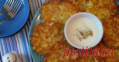 Капустные оладьи с сыром Ингредиенты:  1 кг. белокочанной капусты  150 гр. твердого сыра 5 шт. яиц 5 ст.л. с горкой муки соль, перец по вкусу  растительное масло для жарки