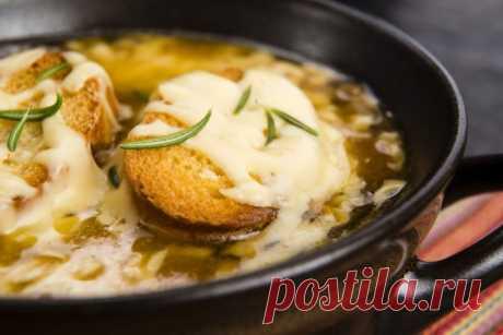 Луковый суп: рецепт приготовления от Шефмаркет Будучи во Франции, обязательно закажите в местном ресторане луковый суп. Рецепт этого блюда шефы держат в секрете.