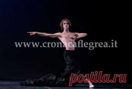 Знаменитое мужское танго в юбке от Армани можно увидеть в Неаполе - / Энергия, сила, смелость - это отличительная черта танца Луки Джаччо. Он настоящий балетный талант. Очень молод, ему 24 года, поэтому к нему прикованы взгляды профессионалов со всего мира