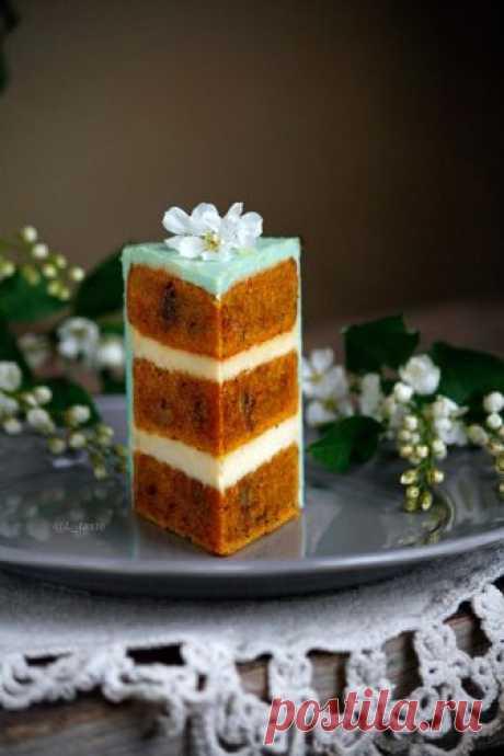 Классический морковный торт Кто из вас находится в поисках идеального для себя рецепта морковного торта? Возможно именно этот рецепт от фуд-блогера Елизаветы Богомазовой то, что вы ищете! По словам Елизаветы, коржи очень хорошо держат форму и выдерживают нагрузку в многоярусном торте. А как он легко готовится - буквально на раз-два-три! Ну что, готовим? Ингредиенты на форму 16 см: Морковные коржи: 350 г мелко натертой моркови; 250 г муки; 3 яйца; 100 мл раст.масла; 150 г с...