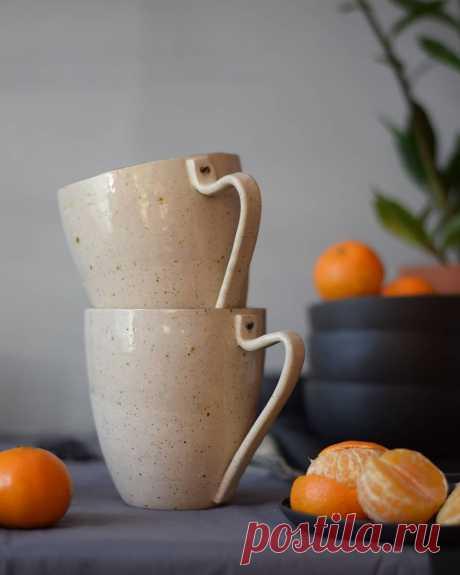 Krūzītes mums 🖤 . #kgkeramika #kgceramics #ceramicmug #ceramic #stoneware #whitedots #dots #manderine #tangerine #morningcoffeemug #morningcoffee #coffee #mugs #mug #teamug #winterfood #beige #beigemug #orange #blackbowl