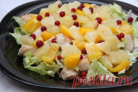 Яркий и праздничный вид: салат из курицы с ананасами — Вкусные рецепты