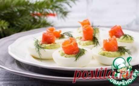 Яйца с муссом из авокадо и семгой - кулинарный рецепт