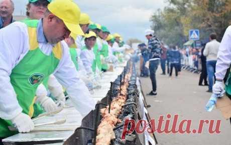 Шашлык из куриной грудки на мангале длиной более 200 метров приготовили в Казахстане | В мире