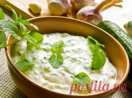 Вкуснейший огуречный соус  Вкусный соус на основе сметаны для курицы или мяса-гриль. Хорошо подойдет к шашлыкам или в качестве дипа для овощей.  Ингредиенты:Сметана 21% — 400 грОгурцы — 3 штМята — 1 большой пучокЧеснок — 3–4 з…