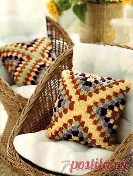 Вязаная подушка кручком Вязаная подушка кручкомПодушка состоит из 4 вязаных крючком бабушкиных квадратов, соединенных между собой.