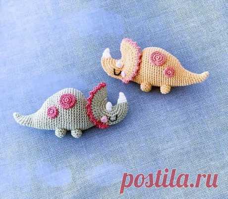 """Бесплатный мастер-класс по вязанию динозавра """"Трицератопс"""". Автор - Halime Özel. Перевод на русский язык - Любовь Рыкова Трицератопс является одним из самых больших динозавров, когда-либо живших на планете, и на сегодняшний день считается одним из самых выдающихся животных в мире! _________________________________________ Бесплатные уроки по вязанию крючком и спицами вы найдете на нашем канале! По вопросам сотрудничества обращайтесь по адресу: halimehayat@gmail.com Спасибо за просмот…"""