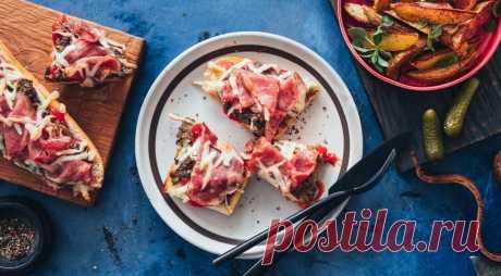 Пицца с ветчиной и грибами на французском багете - ПУТЕШЕСТВУЙ ПО САЙТУ. В классическом смысле это не совсем пицца, так как готовится не на тесте, а на багете. Но в ее приготовлении соблюдены все технологические ньюансы. К такой закусочной пицце с ветчинойи грибами на французском багете можно подать на гарнир запеченные картофельные дольки и маринованные огурчики. ИНГРЕДИЕНТЫ 1 длинный французский багет 2 …