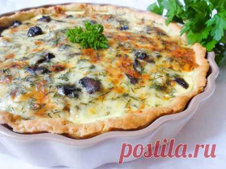 Французская выпечка отличается пирогами открытого типа на песочном тесте. Киш с курицей и грибами – это несладкая выпечка с богатой начинкой, сочность которой придает сливочная заливка с яйцами и сыром.