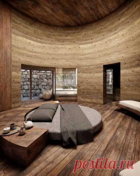 Очень оригинальный номер с высоченными потолками и круглой кроватью.