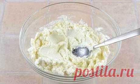 Рецепт ленивых вареников с творогом  Ингредиенты:  Мука – 100 г Творог – 500 г Сахар – 50 г Куриное яйцо – 1 шт. Соль – по вкусу Масло сливочное – по вкусу  Приготовление:  1. Творог я использую домашний, что и вам советую, его мы выложим в посуду, добавим к нему сахар и хорошенько с помощью ложки перетрем его. В процессе перетирания можете немного посолить творог по своему вкусу. 2. Теперь к творогу вбиваем одно яйцо и так же, как и сахар вымешиваем до однородного состоян...