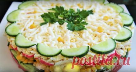 Слоеный салат «Новинка» Слоеный салат «Новинка»-очень просто, вкусно и быстро Представляем вам рецепт вкусного салата. Продукты, используемые для его приготовления, отлично