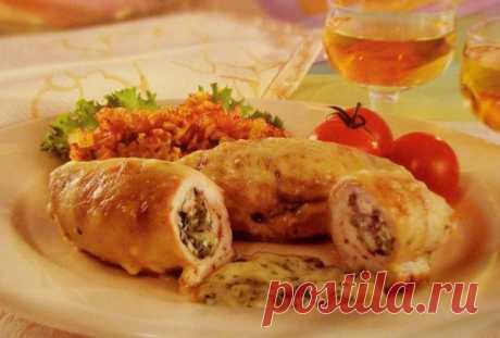 """Ruletiki \""""De boyardos\"""" de la pechuga de pollo: ¡se preparan rápidamente, y se ven muy de una manera imponente!"""