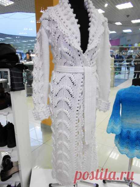 Ажурное женское пальто белого цвета Снежная королева спицами – схемы с описанием вязания