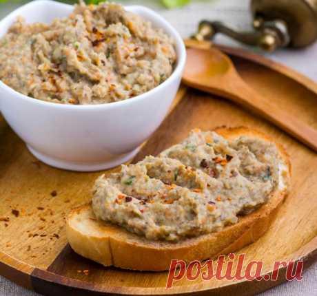 Паштет с фасолью и грибами Время приготовления: 20 минут, 4 порции   Продукты Фасоль консервированная - 300 г Шампиньоны - 200 г Лук репчатый - 1 шт. Морковь небольшая - 1 шт. Растительное масло - 1 ст. л. Зелень петрушки рубленая - 1 ст. л. Чеснок давленый - 1 зубок Соль, перец