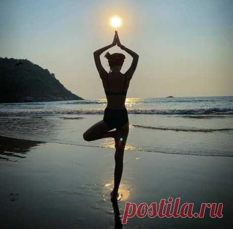 Уддияна бандха: Любовь Толкалина показала ведическое упражнение для плоского живота
