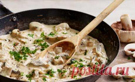 Берем 100 грамм грибов и сливки: соус ко всем блюдам просят по 2 порции За 15 минут из 100 граммов грибов и стакана сливок можно сделать грибной соус ко всем блюдам. Его можно добавлять к мясу, гарнирам, курице и макаронам – соус получается настолько вкусный, что все просят его по двойной порции. Нам понадобится: Шампиньоны - 70 гр. Белые грибы - 30 гр. Жирные сливки -