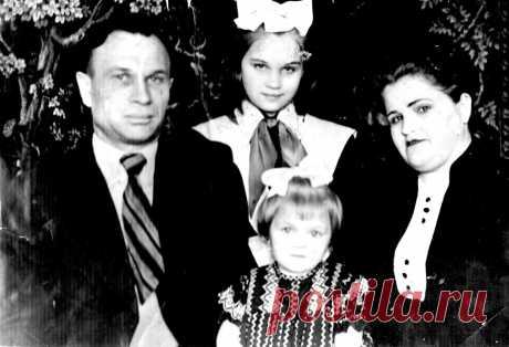 Челябинск,1955 год,семья Корсуновых.Корсунов Анатолий Алексеевич(1917-2000),сын Урюпинского расказаченного сапожника,после службы в армии приехал к сестре в Челябинск,женился,с 1941 по 1943 воевал,был в окружении, комиссован по контузии и ранению, получил среднетехническое образование в Ленинграде, работал старшим мастером ГПТУ№1, ответсвенным секретарём ВОИР, порядочный семьянин,добрый человек, дочери:Людмила и Лидия;жена урождённая Ваганова Мария Кондратьевна,Каткульская крестьянка,(1918-2004)