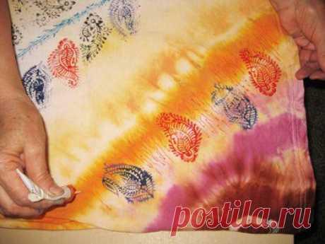 """Pintamos la camiseta por el método \""""uzelkovogo\"""" del batik y las estampillas. - la feria de los Maestros - la labor a mano, handmade"""