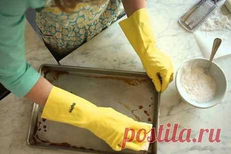 Чудесный метод очистки самых грязных противеней от пригоревшего жира