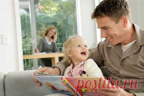 Несколько советов о чтении с детьми Ежедневное чтение с детьми является важнейшим условием их развития во многом. Нет лучшего способа увеличить их словарный запас, научить основам грамотности и познакомить с такими словами и образами, которые они не встретят в повседневной жизни. Однако, если просто произносить напечатанный текст, многого не добьешься. Но можно добавить всего несколько нюансов и процесс чтения вслух станет очень значимым. 1 Читать название книги, имя автора и имя иллюстратора.…